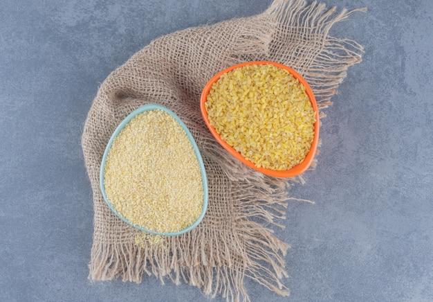Una ciotola di riso sull'asciugamano, sullo sfondo di marmo.