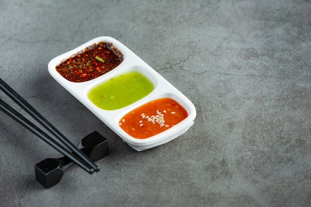 Ciotola di shabu pentola calda immersione salsa posto sul pavimento scuro