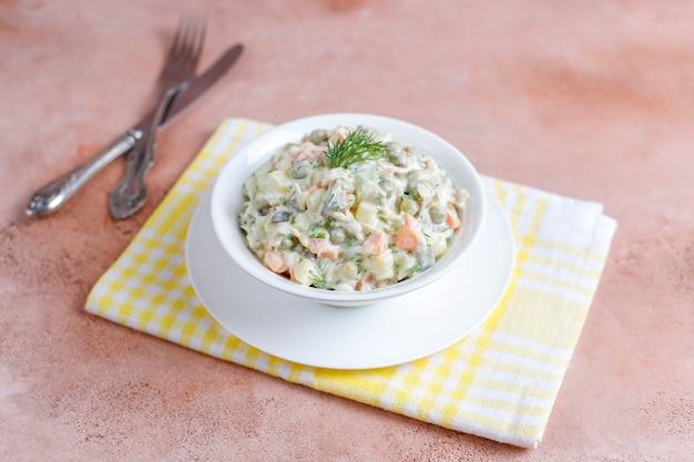 Ciotola di insalata russa tradizionale.