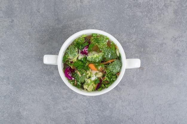 Ciotola di zuppa di verdure su fondo di marmo. foto di alta qualità
