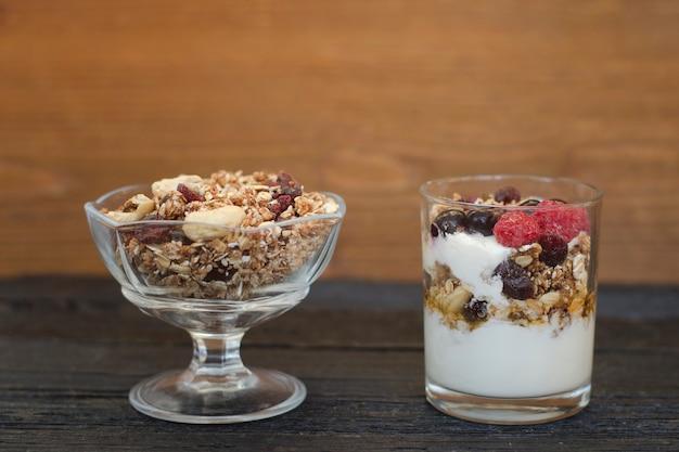グラノーラとヨーグルトをグラノーラとフルーツでボウルに入れます。健康的な朝食。