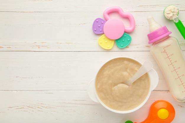 Чаша с детским питанием и молоком с игрушками