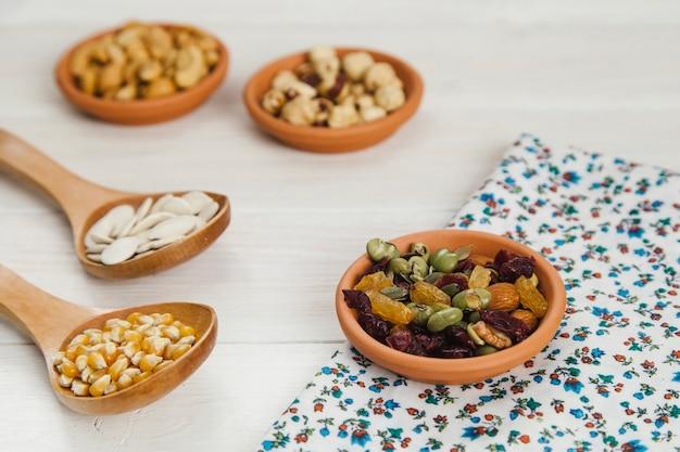 Ciotola con fagioli su panno floreale