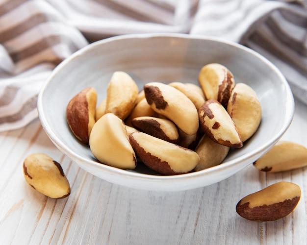 Чаша с бразильскими орехами на деревянном столе