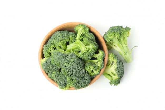 Шар при брокколи изолированный на белизне. свежие овощи