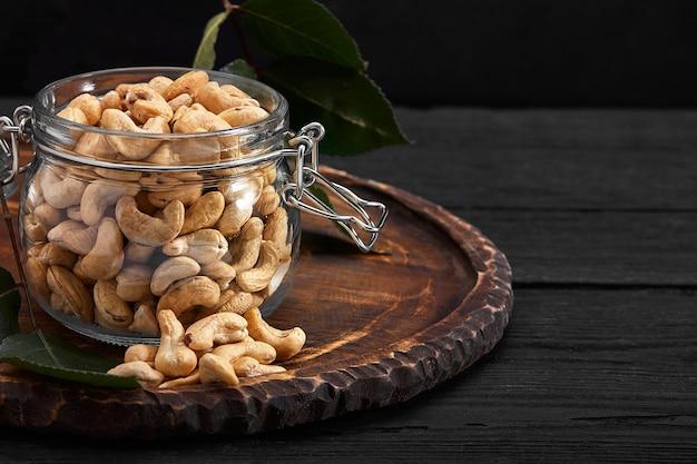 Чаша с орехами кешью на деревянном столе. деликатесы.