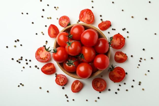 흰색 바탕에 체리 토마토와 그릇