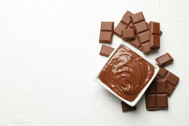 チョコレートと白のチョコレートの部分をボウルします。