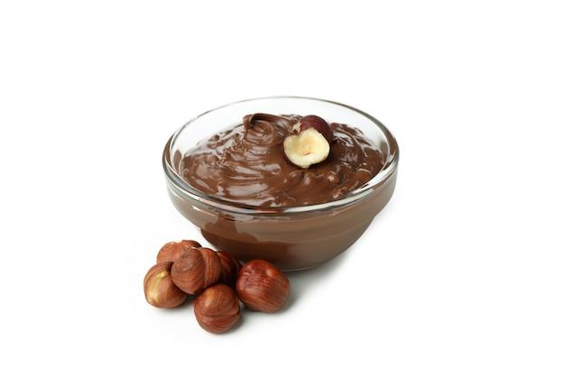 흰색 배경에 격리된 초콜릿 페이스트와 견과류가 있는 그릇