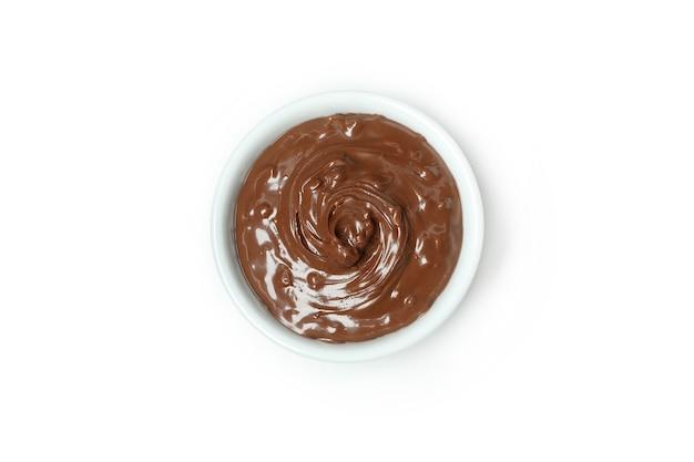 Чаша с шоколадной пастой, изолированные на белом фоне