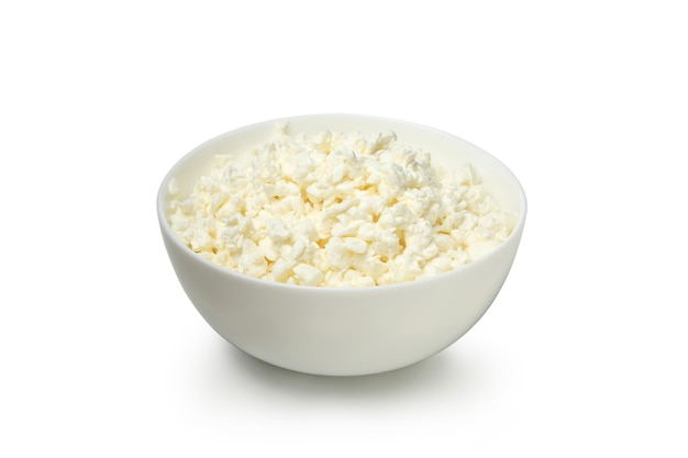 흰색 배경에 고립 된 코티지 치즈와 그릇