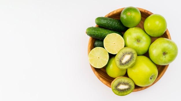 Ciotola con deliziosi frutti