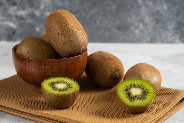 갈색 식탁보에 맛있는 키위 과일 그릇
