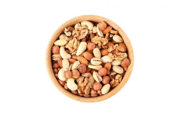 Чаша с различными орехами, изолированные на белом фоне. витаминная пища