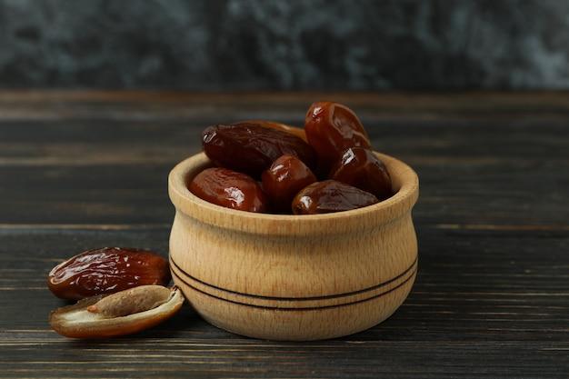 木製のテーブルに乾燥ナツメヤシのボウル