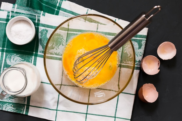 テーブルの上の卵の黄身とボウルします。