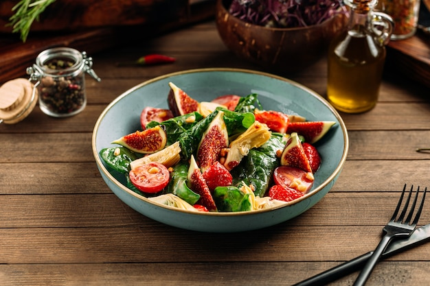 Bowl with fig and vegetable salad