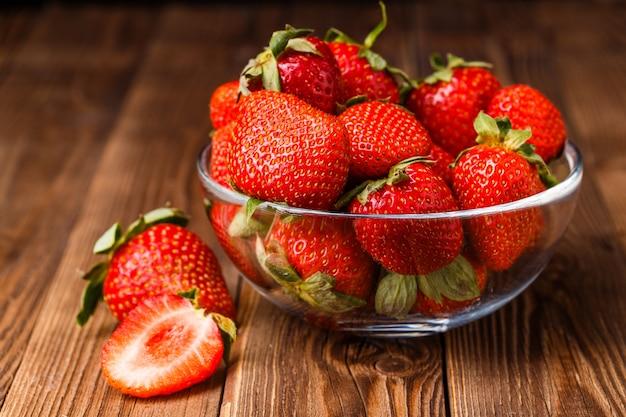 나무 테이블에 신선한 딸기와 그릇