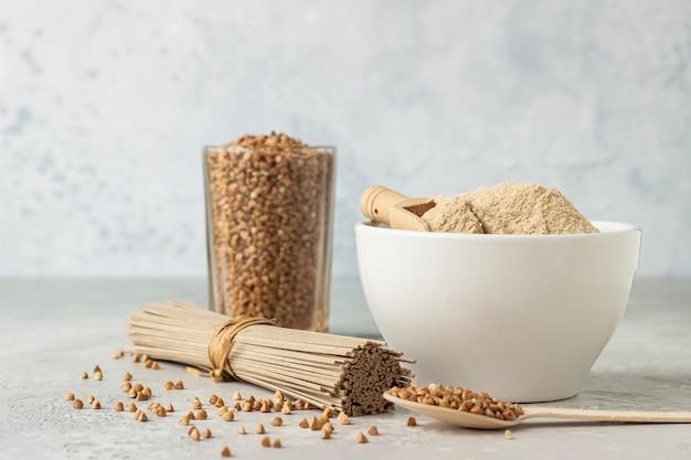 글루텐 프리 메밀 가루, 유리에 메밀 곡물 및 메밀 국수와 그릇