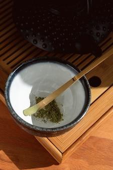 Чаша с зеленым порошком