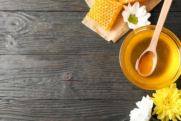 蜂蜜、ハニカム、木製の背景の花のボウル