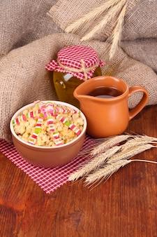 Чаша с кутья - традиционная рождественская сладкая еда в украине, беларуси и польше, на деревянных фоне