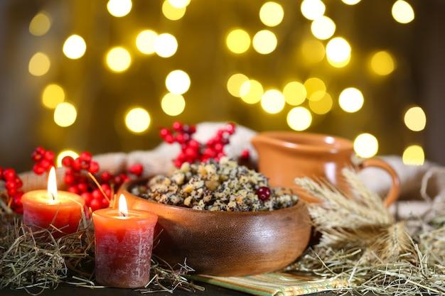 Kutiaのボウル-明るい背景に、木製のテーブルの上に、ウクライナ、ベラルーシ、ポーランドの伝統的なクリスマスの甘い食事