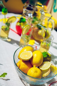 Чаша с лимонами и мятой для лимонада