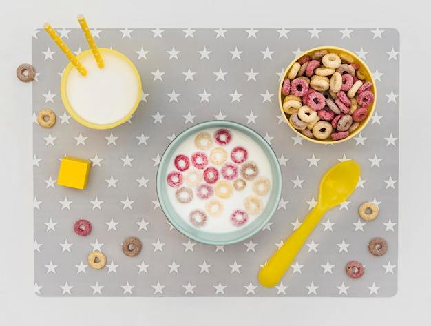 机の上の牛乳と穀物のボウル