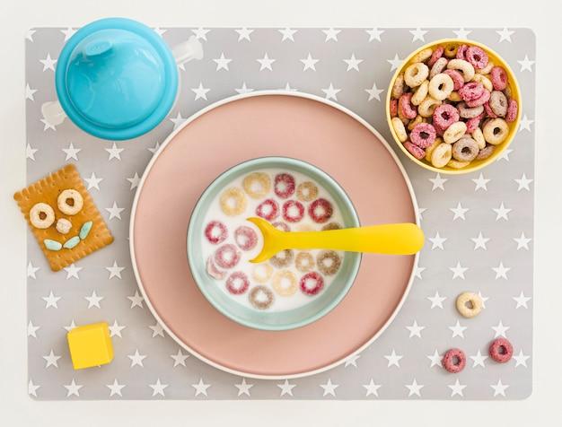 牛乳と穀物のテーブルの上にボウルします。
