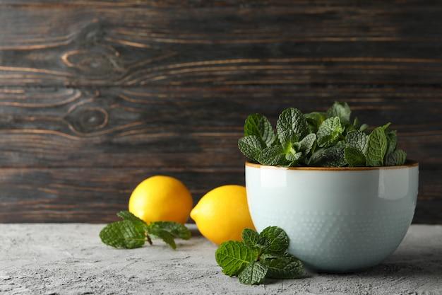灰色のミントとレモンのボウル、テキスト用のスペース
