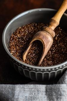 健康的な料理のコンセプトとしての有機亜麻仁のボウル