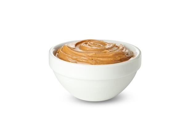Чаша с арахисовым маслом, изолированные на белом фоне
