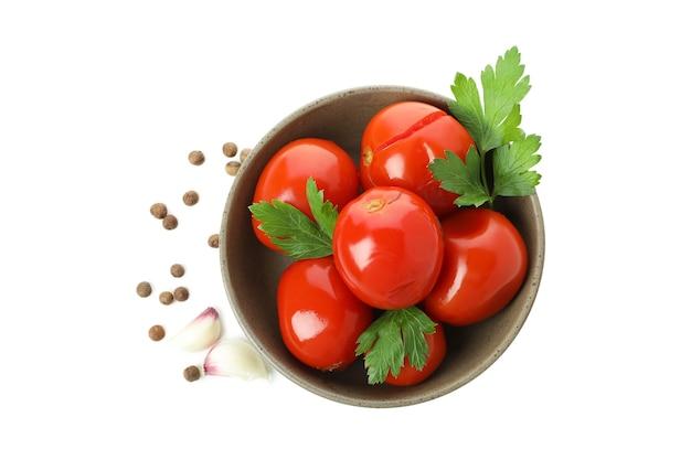 白い背景で隔離のトマトとスパイスのピクルスとボウル