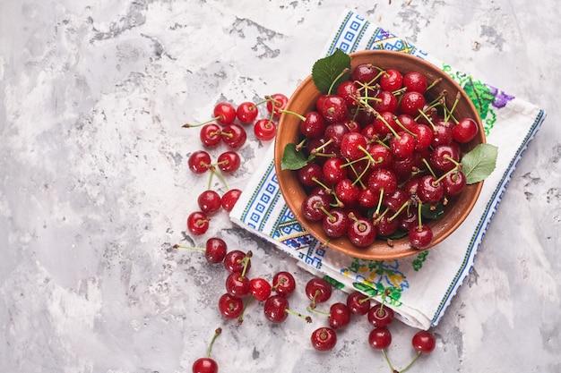 灰色の背景、上面図に赤い桜のボウル