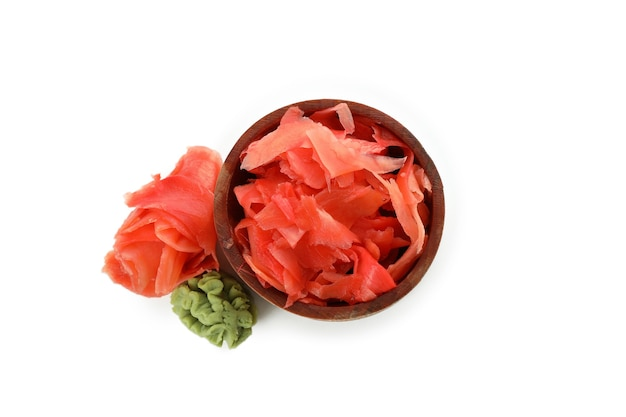 白い表面に分離された赤い漬け生姜のボウル