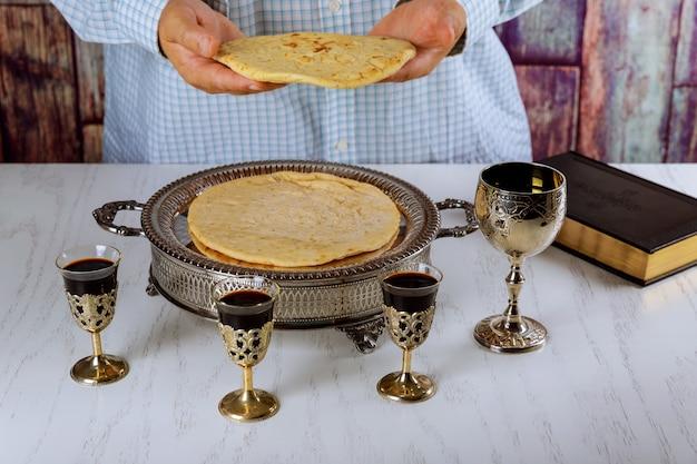 빵 성찬식을 위해기도하는 동안 레드 와인, 빵과 성경 그릇