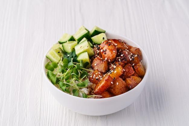 흰색 나무 테이블에 쌀, 닭고기, 파인애플, 오이, 완두콩 콩나물 그릇