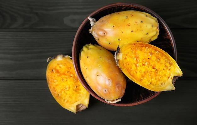木製のテーブルに熟したサボテン梨のボウル