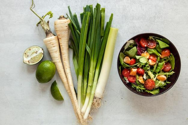 샐러드와 야채 옆에 그릇