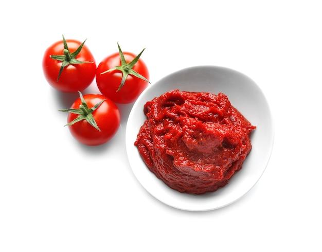소스와 흰색 바탕에 토마토와 그릇