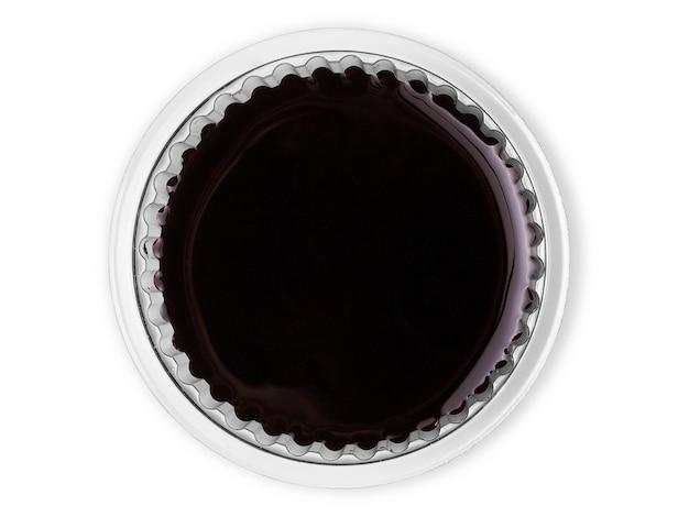 Чаша с соевым соусом, изолированные на белом фоне.