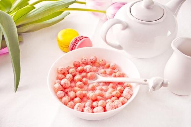 딸기 달콤한 옥수수 볼 그릇. 맛있고 건강한 아침 시리얼.