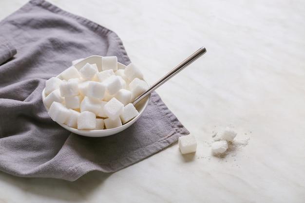 白いテーブルの上に砂糖とボウル