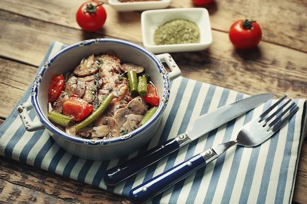 Чаша с вкусной куриной марсалой и овощами на салфетке