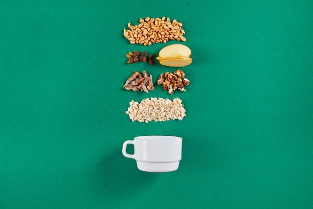 Чаша с вкусной мюсли и ингредиентами