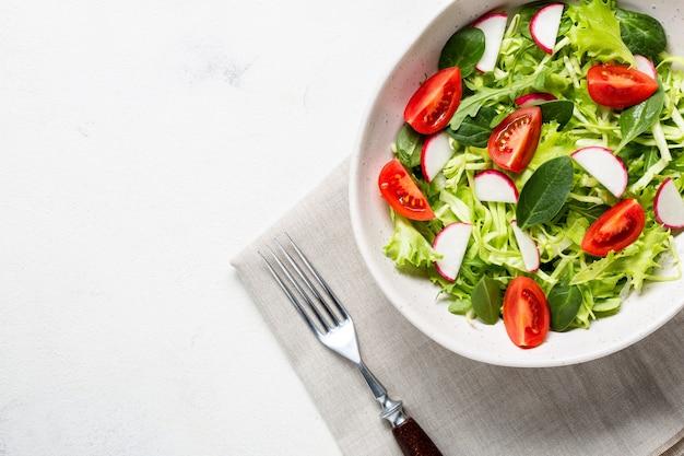 ベジタリアンの新鮮なサラダを入れたボウル。健康食品、ダイエットランチ。上面図。