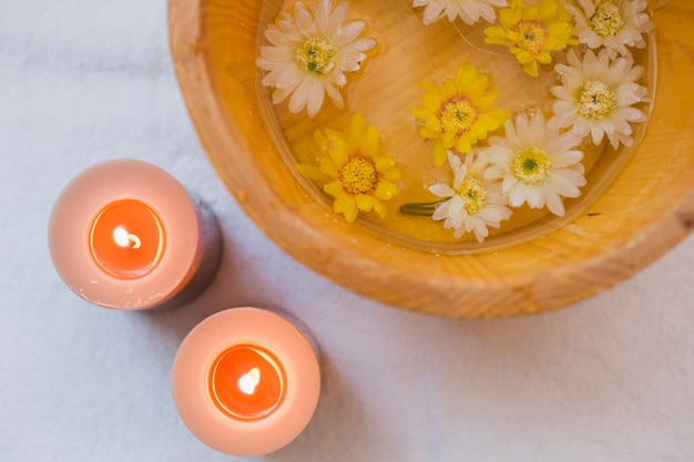 Чаша с водой и цветами
