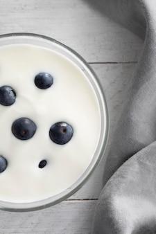 Чаша с йогуртом и черникой вид сверху