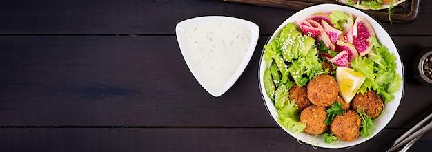 ファラフェルと新鮮な野菜。仏bowl。中東料理またはアラビア料理の上面図。バナー